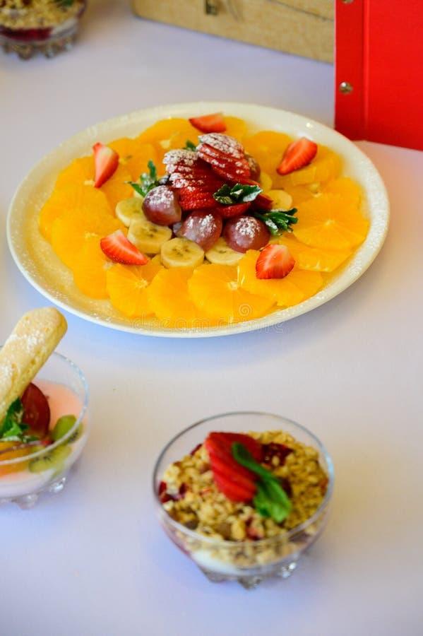 Десерт с круассанами, мороженым и отрезанным плодом стоковые фото