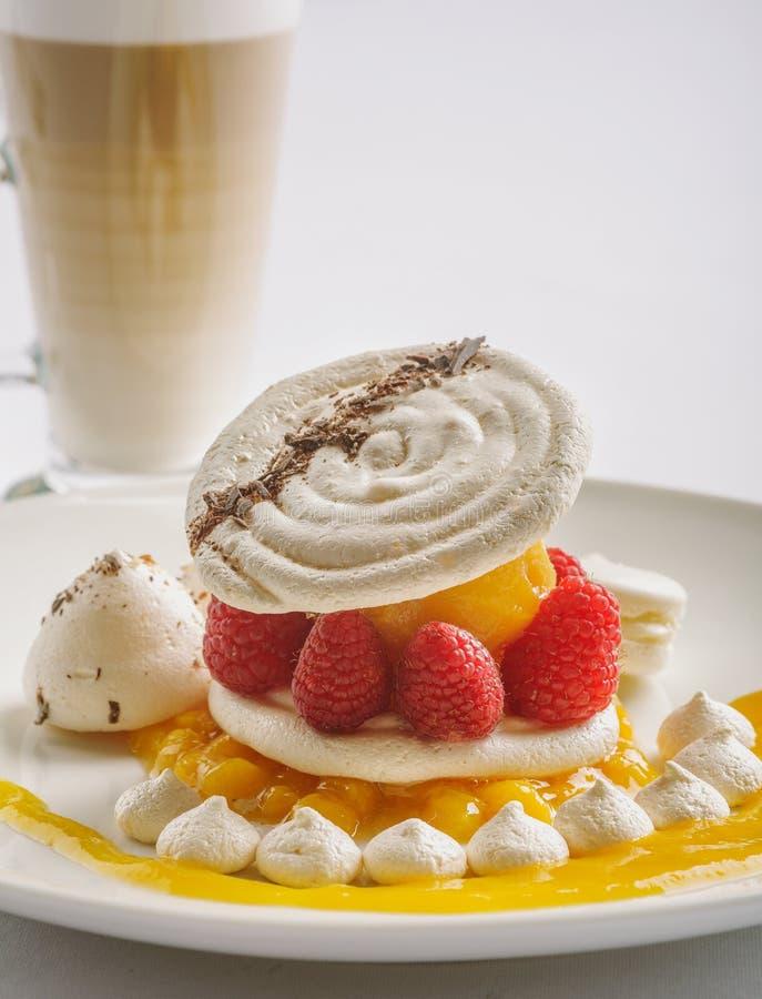 Десерт с поленикой и персиком стоковые фотографии rf