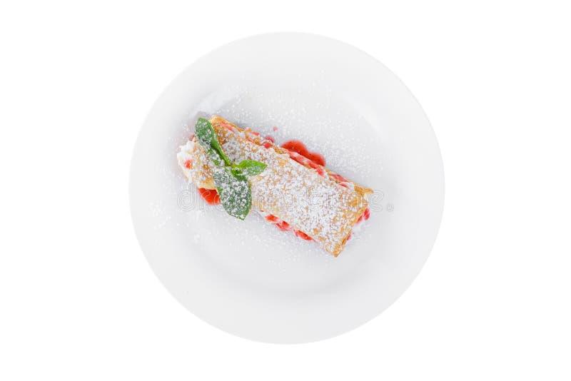 Десерт с сливк, сиропом ягоды и печеньями стоковые фотографии rf