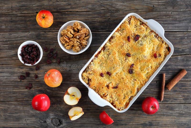 Десерт Яблока хрустящий в блюде стоковое изображение