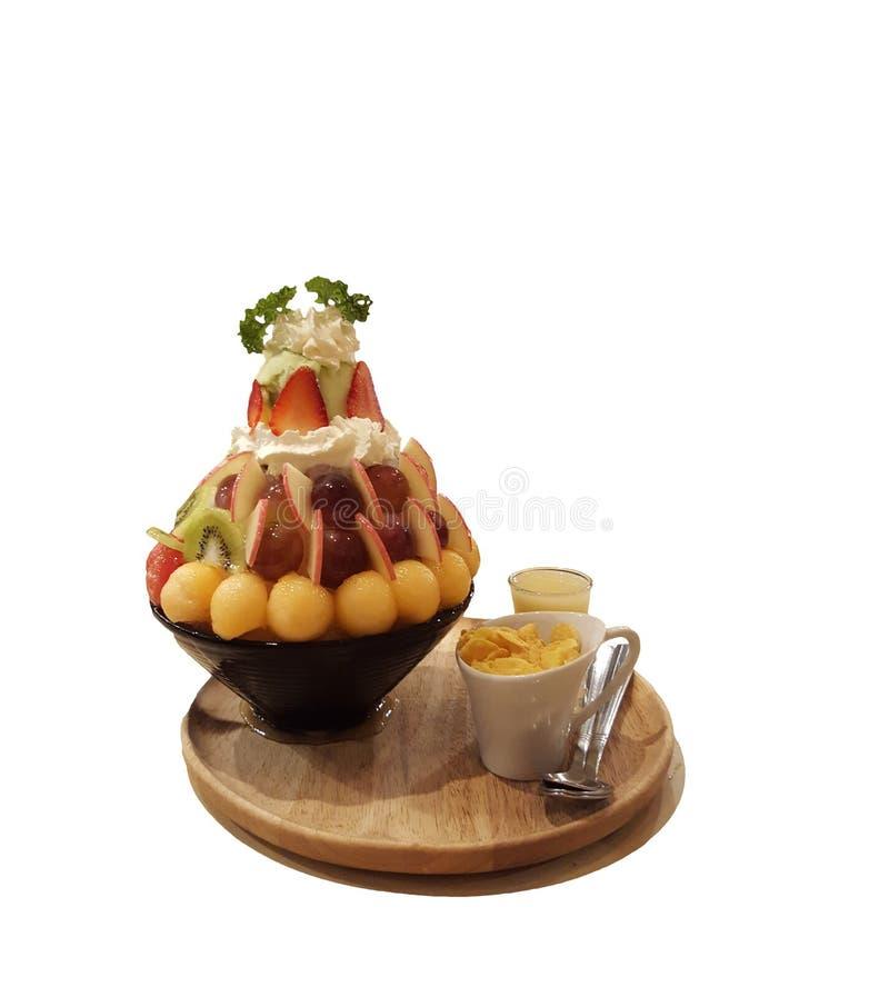 Десерт Bingsu свежих фруктов, мороженое в чашке на деревянной плите стоковое фото