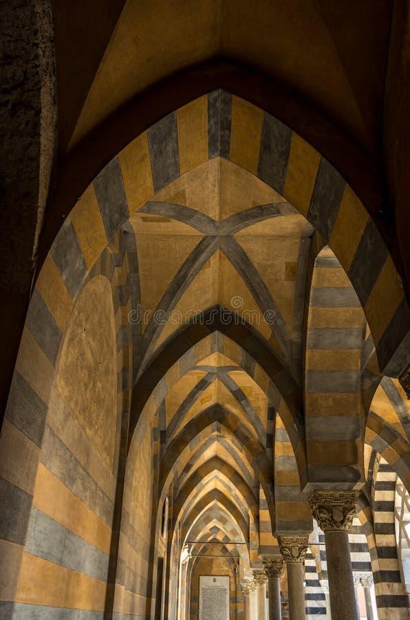 Детализированный взгляд собора Амальфи предназначенного к апостолу Андрею Первозванному в аркаде del Duomo в Амальфи Италии стоковое изображение