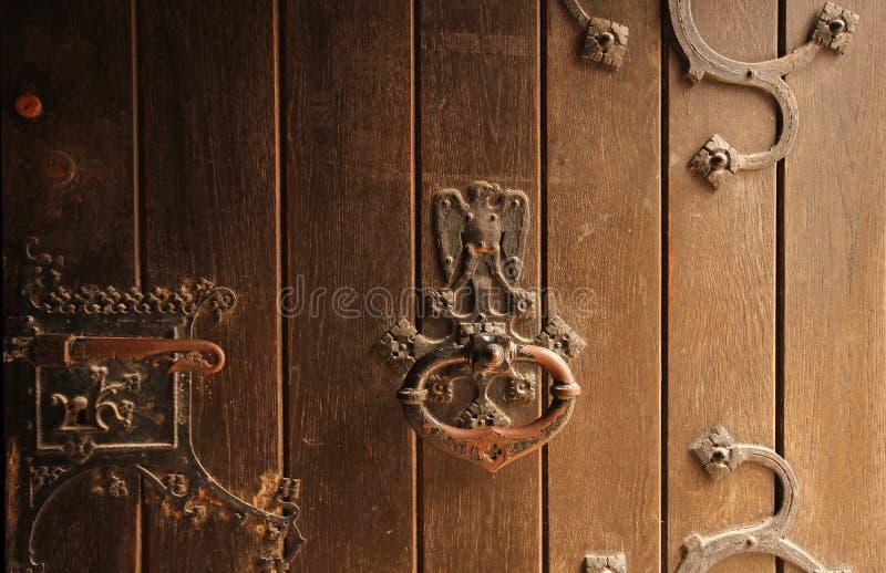 детализирует дверь