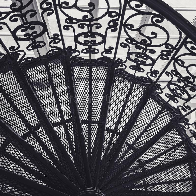 Детали архитектуры украшения спиральной лестницы лестниц стальной богато украшенные стоковое фото
