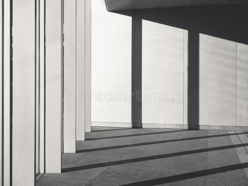 Детали архитектуры цементируют бетонную стену с тенью и тенью столбцов стоковые фото
