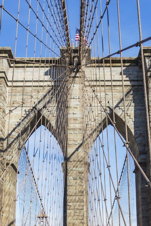 Детали башен со стальными кабелями Бруклинского моста в Нью-Йорке, Соединенных Штатах стоковое изображение rf