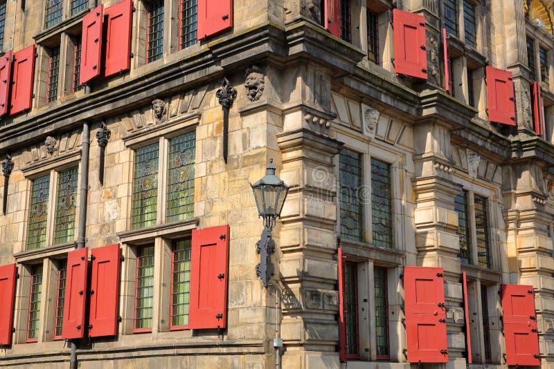 Детали внешнего фасада ратуши отстраиванной заново в 1629 в Делфте стоковые фото