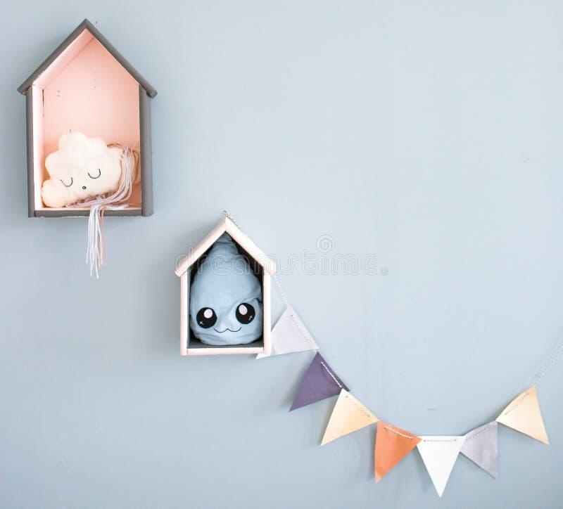 Детали интерьера комнаты ` s детей капелька и облако для детей обои и предпосылки для детей стоковое изображение