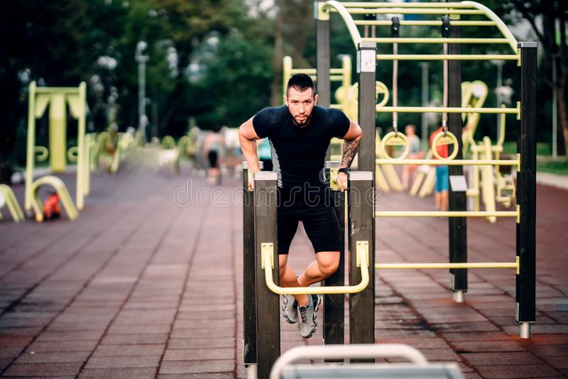 Детали и концепция тренировки Детали спорт, разминка фитнеса человека стоковое изображение