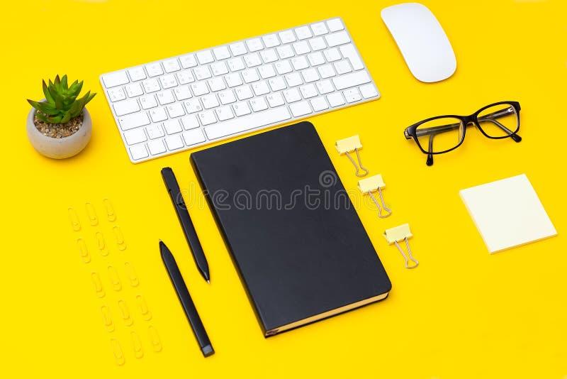 Детали канцелярских принадлежностей на желтой предпосылке Геометрический стиль стоковая фотография