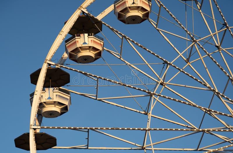 Детали колеса Ferris против голубого неба стоковые фотографии rf