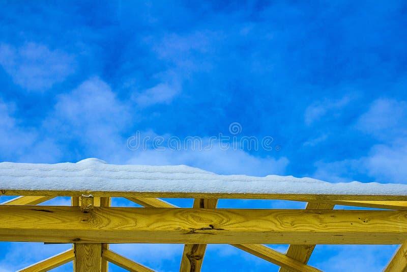 Детали крыши конструкции деревянной, настилая крышу система структуры тимберса стоковое фото