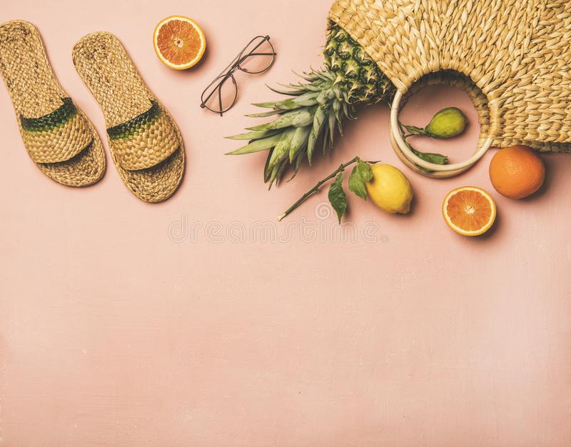 Детали одеяния лета и свежие фрукты над пастельной розовой предпосылкой стоковое фото