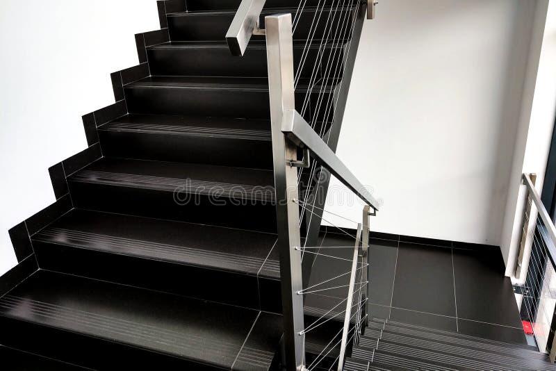 Детали перил и лестниц современного здания стоковое фото rf
