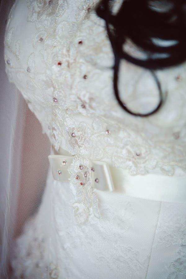 Детали платьев невесты стоковые фото