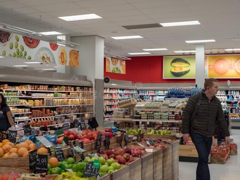Детали покупки покупателей в разделе бакалеи их местной цели стоковое изображение rf