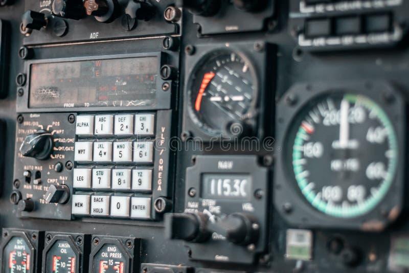 Детали пульта управления в воинской арене вертолета стоковые изображения