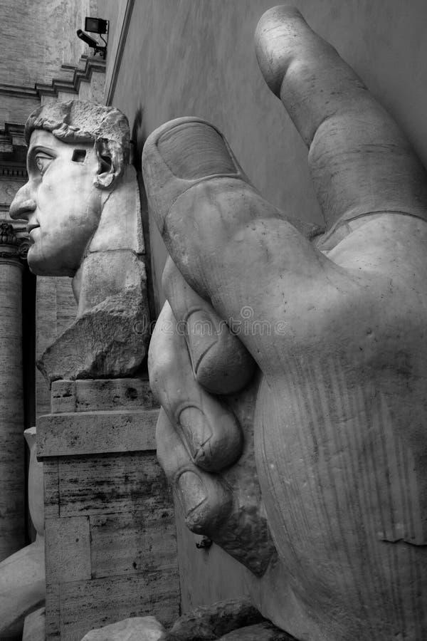 Детали римских статуй в городе головы Рима Италии и гигантской руки статуи стоковая фотография rf