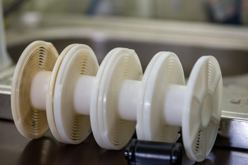 детали сетноого-аналогов оборудования лаборатории фильма на таблице стоковая фотография rf