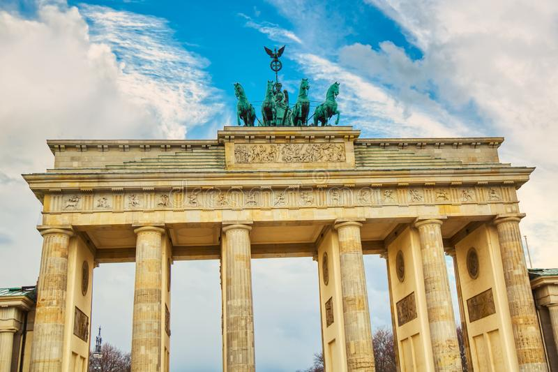 Детали скалистой вершины Brandenburger Бранденбургских ворот в Берлине, Германии во время яркого дня с голубым небом Известный ор стоковые фото