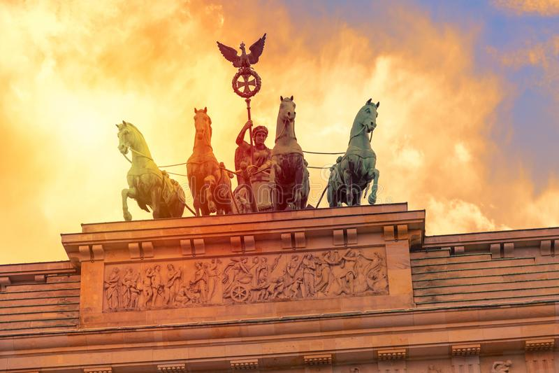 Детали скалистой вершины Brandenburger Бранденбургских ворот на заходе солнца в Берлине, Германии стоковая фотография rf