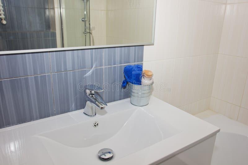 Детали современной ванной комнаты стоковое изображение rf