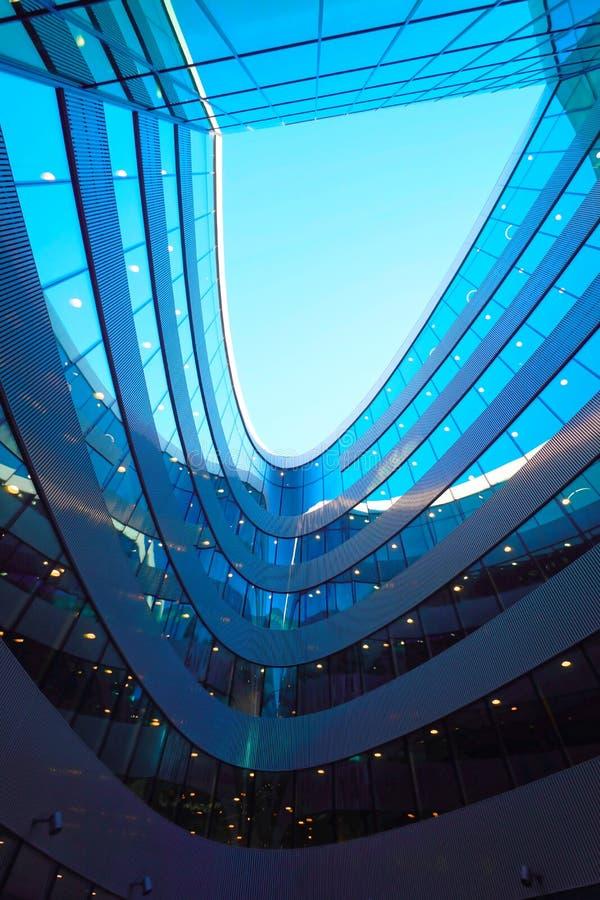 Детали современной футуристической архитектуры стального и стеклянного небоскреба стоковые фото