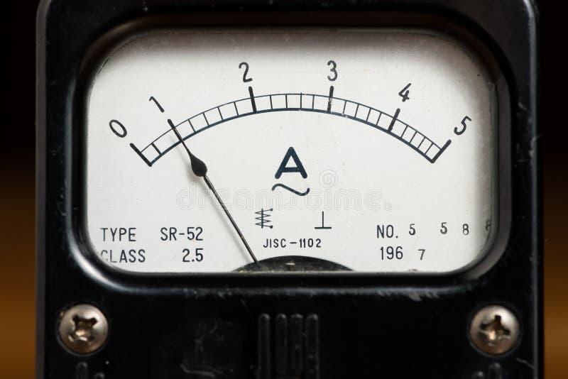 Детали старого черного сетноого-аналогов метра ампера стоковые фото