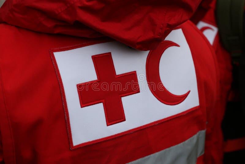 Детали с символом Красного Креста и красного полумесяца на форме стоковые изображения rf