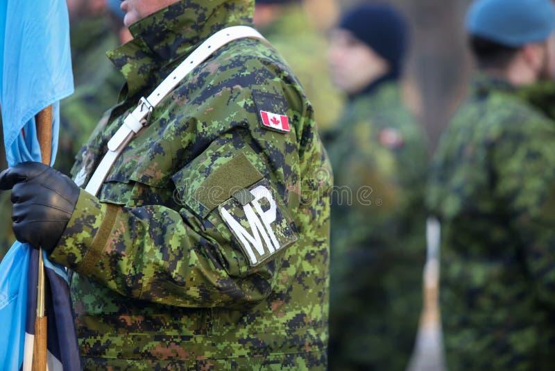 Детали с формой и флагом канадской военной полиции стоковые изображения rf
