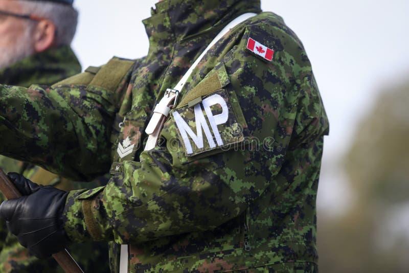 Детали с формой и флагом канадской военной полиции стоковое изображение rf