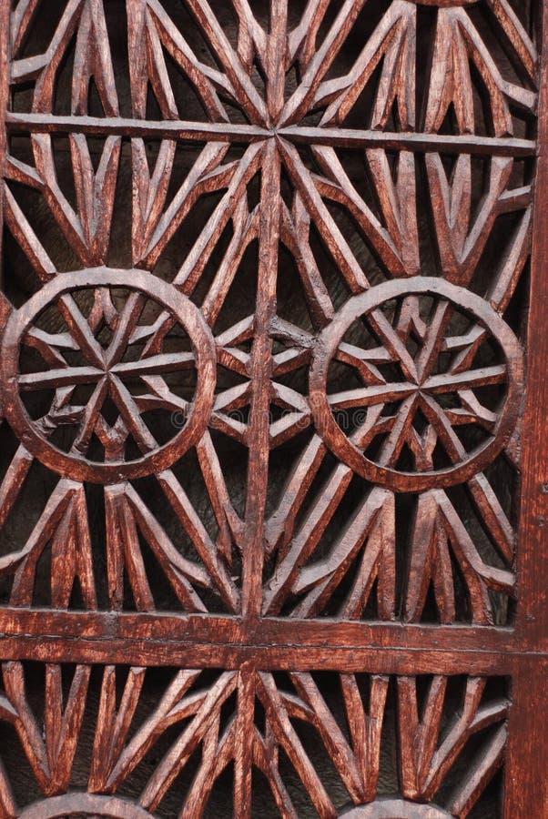 Детали точной деревянной двери высекая искусство Исламские искусство и ремесло стоковые изображения rf