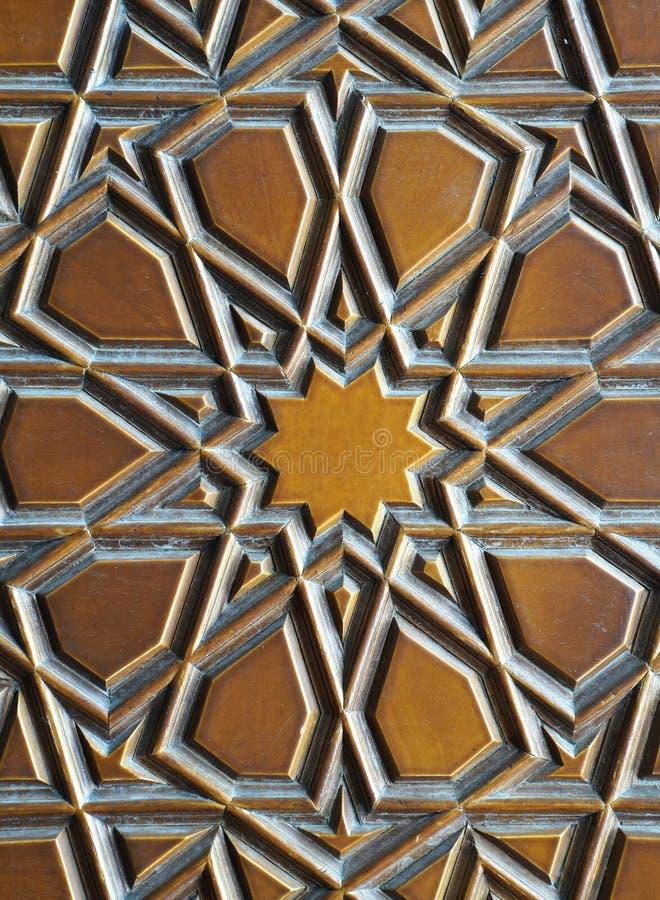 Детали точной древесины высекая искусство на двери стоковые изображения