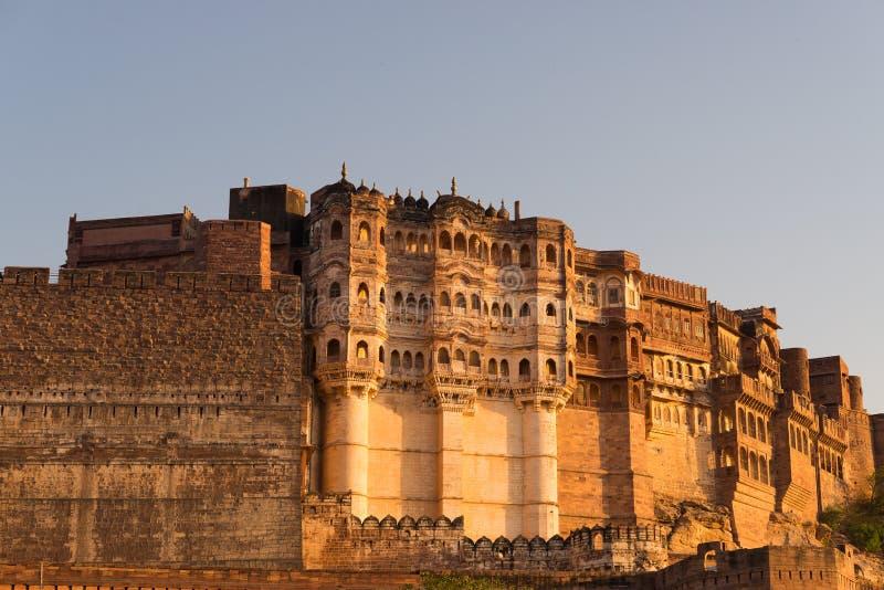 Детали форта Джодхпура на заходе солнца Величественный форт садился на насест на верхней части преобладая голубой городок Сценарн стоковое изображение rf