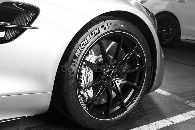 Детали 2018 экстерьера Мерседес-Benz AMG GTR V8 Biturbo Колесо покрышки и сплава Керамические тормозы Детали экстерьера автомобил стоковые изображения rf