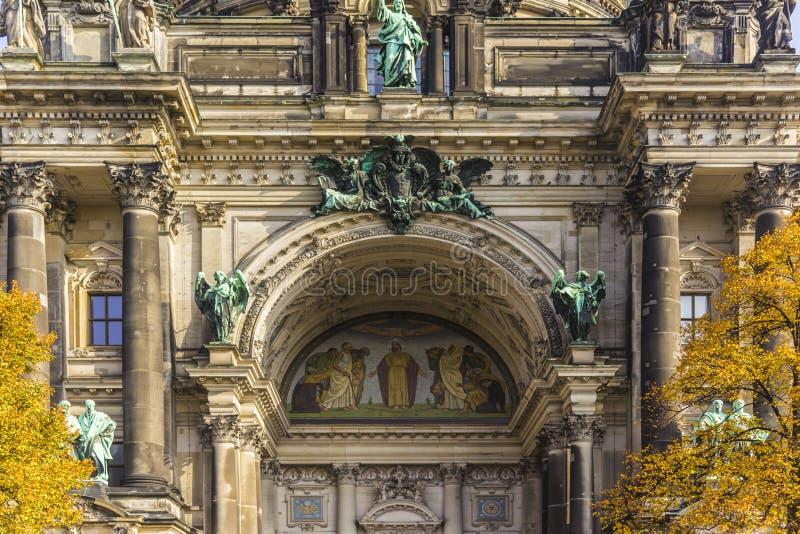 Детали Dom берлинца собора Берлина фасада на острове Muzeum стоковая фотография