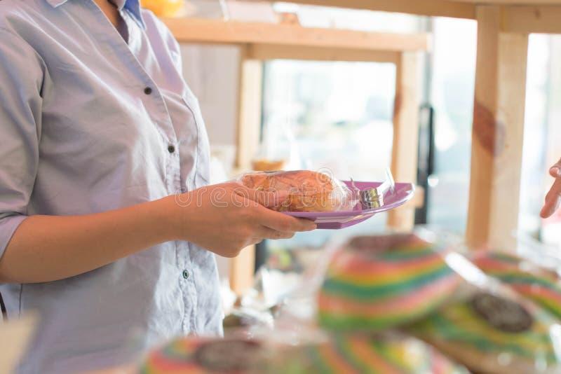Детальное тело женщины выбирая хлеб к витрине стоковая фотография rf