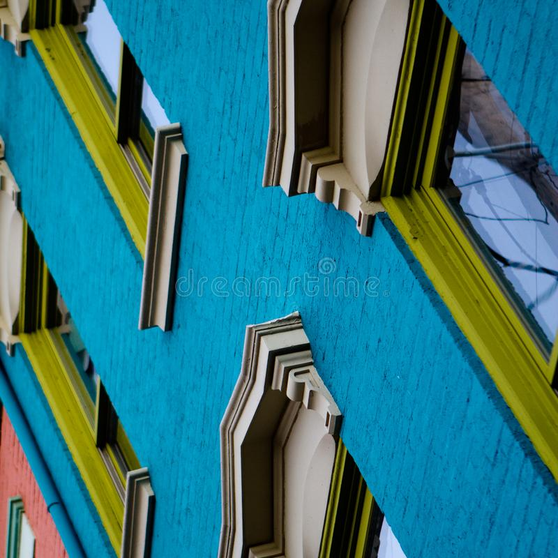 Детальное, angled смотрит вверх на красочный исторический строить 1800s стоковая фотография rf