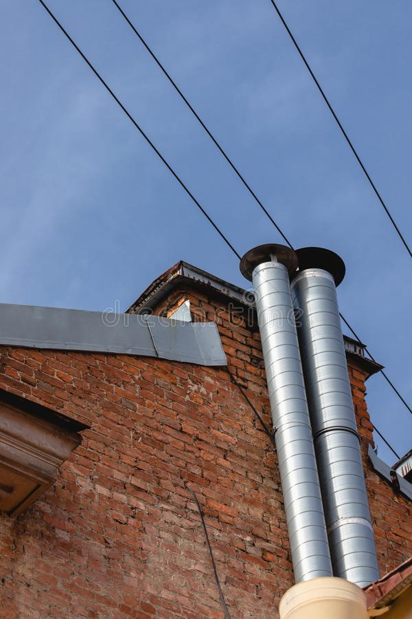 Детальный взгляд заново установленной трубы вентиляции пара внутри дом выхлопные трубы на доме стоковые изображения rf