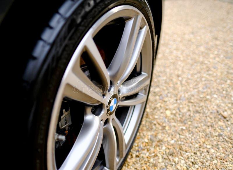 Детальный взгляд немецкого сделанного автомобиля видов позволяет колесу стоковое фото rf