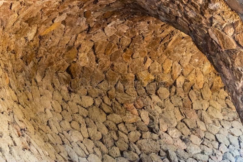 Деталь архитектуры дорожки Guell парка, каменная предпосылка прохода стоковые фотографии rf