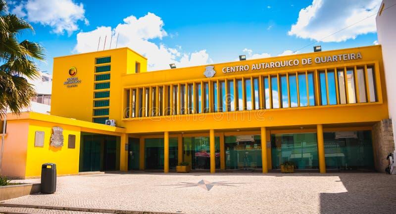 Деталь архитектуры местного административного центра Quarteira, Португалии стоковое изображение