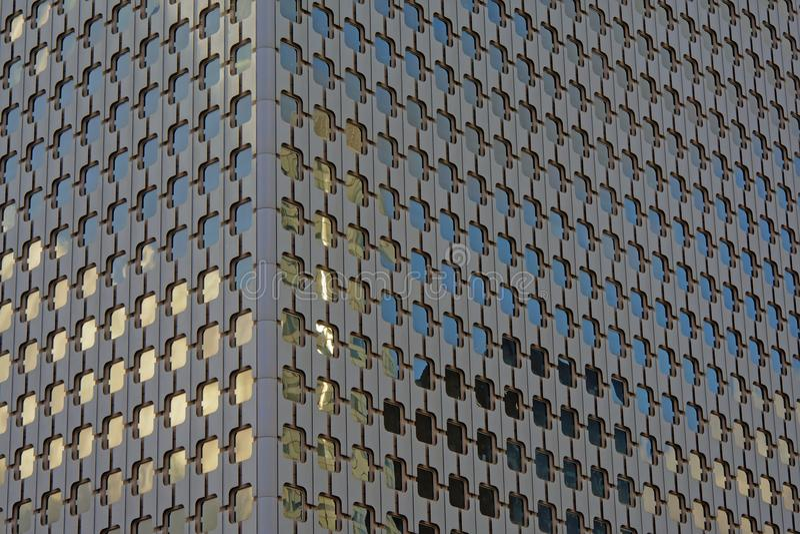 Деталь архитектуры, окна с округленными углами офисного здания стоковое изображение