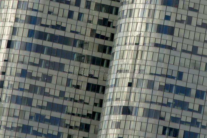 Деталь архитектуры, окна с офисным зданием с открытыми и закрытыми шторками стоковые изображения rf