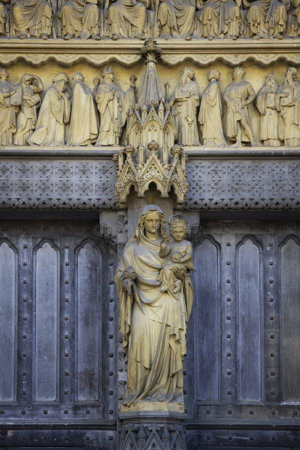 Деталь высекла на одной из внешних стен Вестминстерского Аббатства основанных бенедиктинскими монахами внутри стоковое изображение