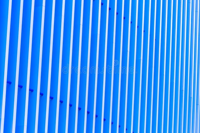 Деталь голубого striped фасада металла для предпосылки стоковая фотография rf