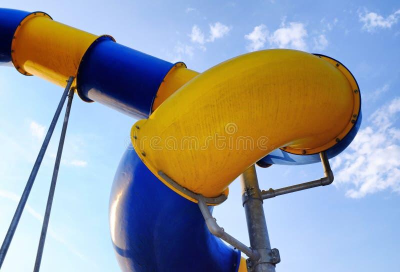 Деталь голубых и желтых водных горок в абстрактном стиле стоковые фото