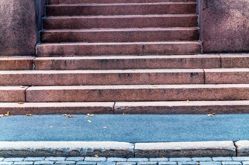 Деталь городского строя входа с достигшей возраста и выдержанной каменной лестницей смотря на улицу и тротуар в городе - старом стоковые изображения rf