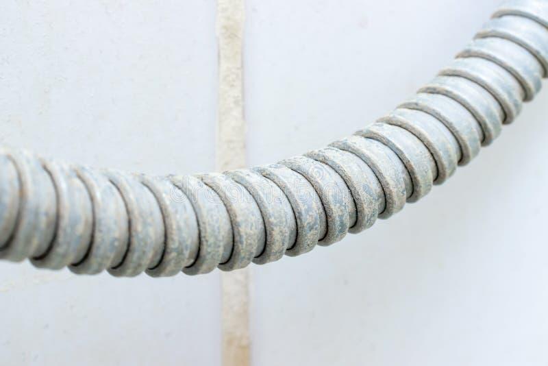 Деталь грязного обызвествлянного шланга ливня с limescale или известки на ем, конце масштабом вверх стоковое фото