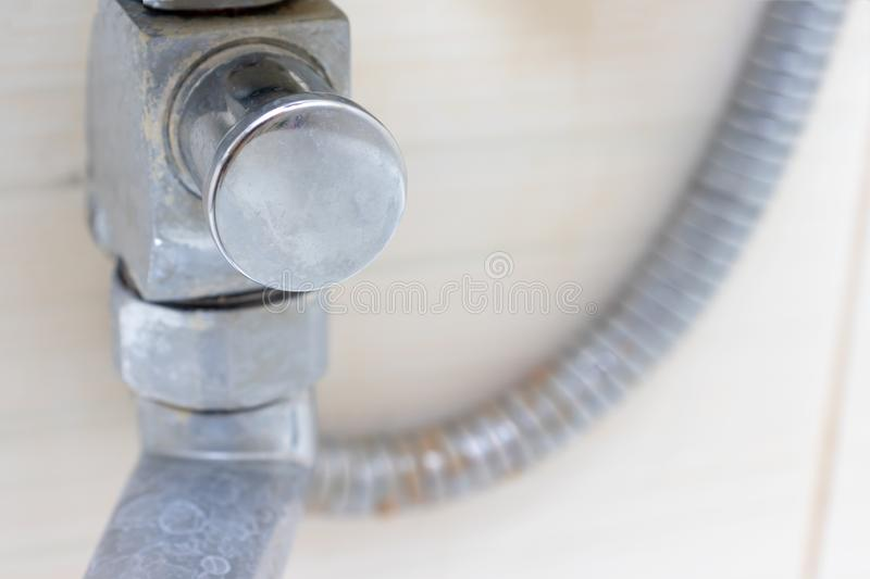 Деталь грязных обызвествлянных крана смесителя ливня и шланга ливня, faucet с limescale или масштаба известки на ем, конце вверх стоковые фотографии rf